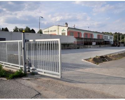 Kovová vjezdová posuvná brána nesená, vyrobená z ocelových profilů