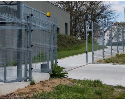 Kovová vjezdová posuvná brána po kolejnici, vyrobená z ocelových profilů
